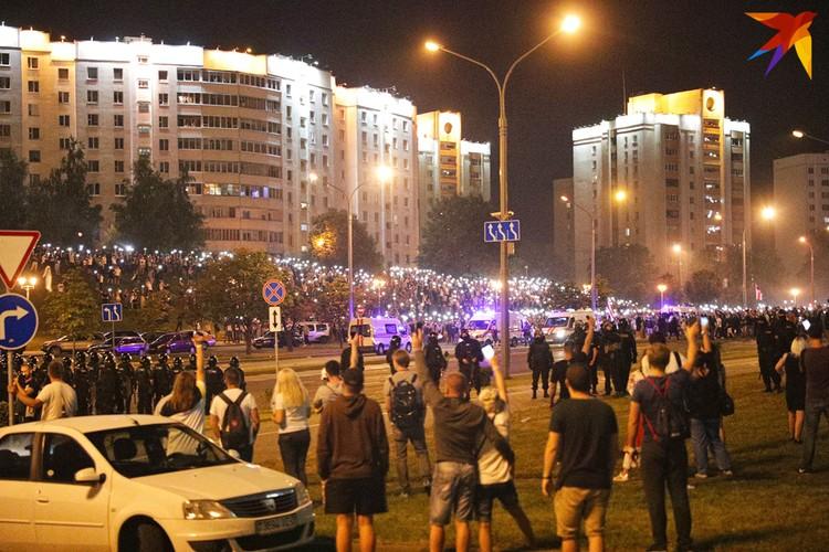 Ночью протестующие зажгли на своих мобильных телефонах фонарики.