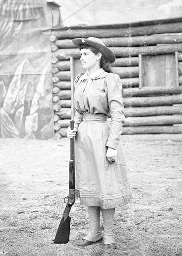 Энни Оукли выстрелила по сигаре кайзера Германской империи Вильгельма Второго и сбила пепел.