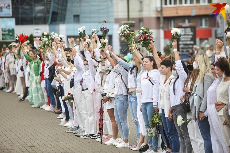 Женщины несли цветы в знак протеста против ночного насилия.
