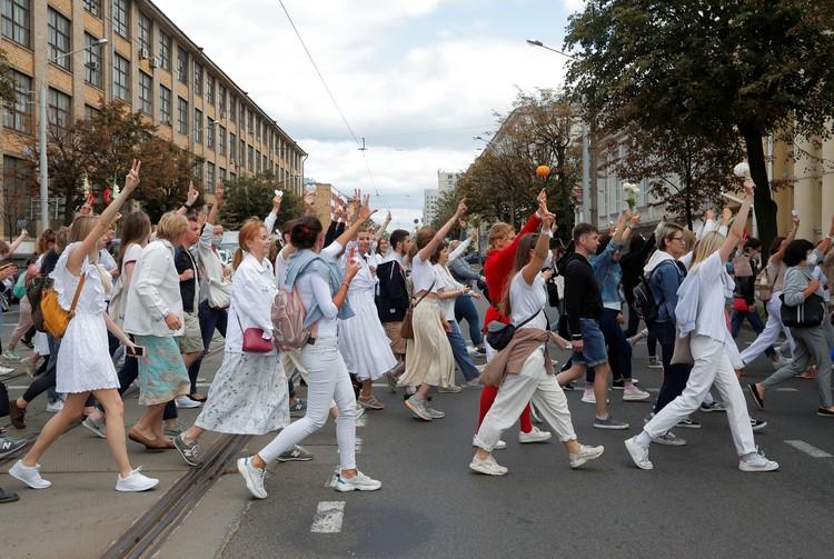 В среду в Минске на мирный протест вышли девушки с цветами.