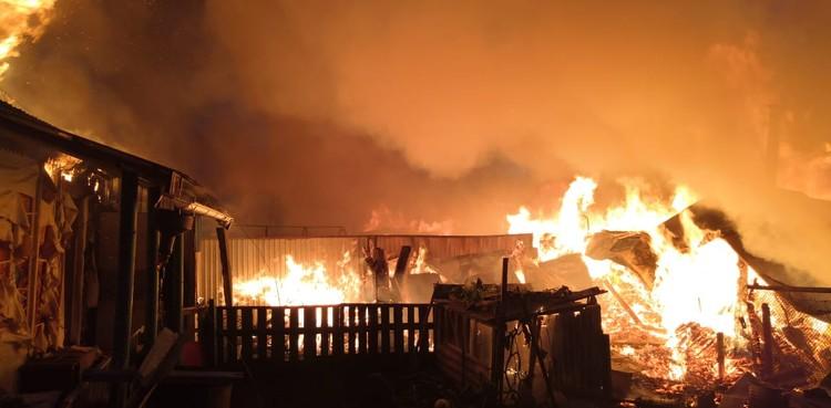 Пламя охватило дома и надворные постройки