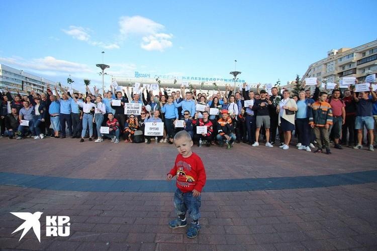 Днем на протестные акции приходят и с маленькими детьми.