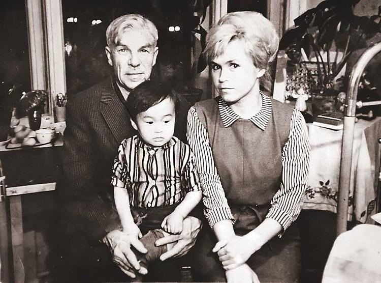 60-е. Будущий кумир миллионов со своей мамой Валентиной. Имени мужчины на фото, увы, никто не знает - снимок был сделан так давно, что даже родственники Цоя не смогли вспомнить, кто это. Фото: Пересъемка Тимура ХАНОВА