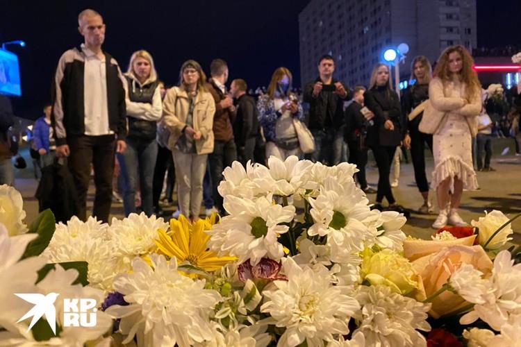 Цветы на месте гибели участника протеста в центре Минска.