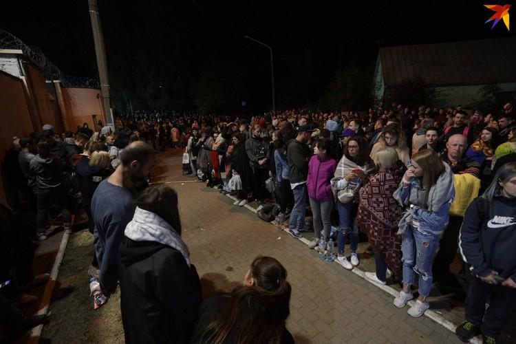 Своих друзей, родных и близких ждали десятки белорусов.