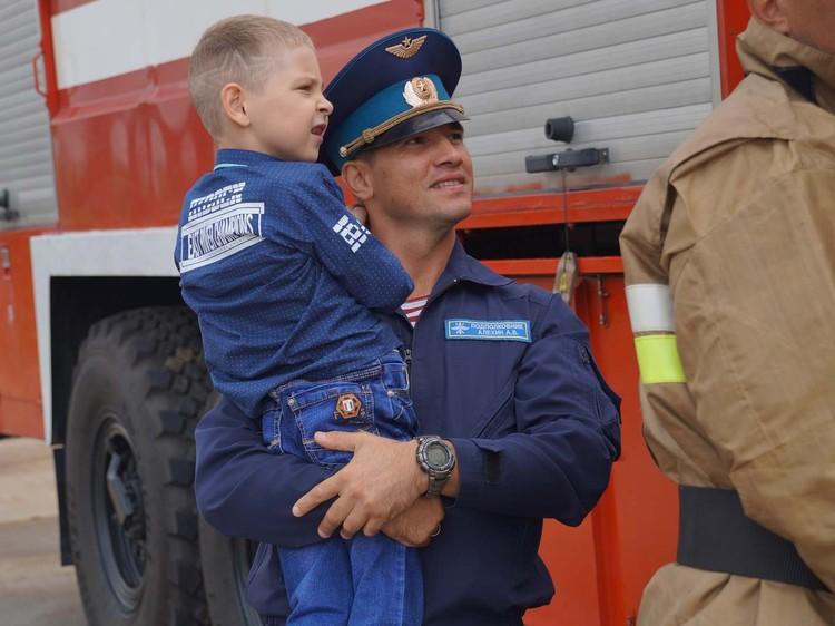 Командир авиационной эскадрильи Росгвардии подполковник Алексей Алехин и Ярослав. Предоставлено пресс-службой Росгвардии