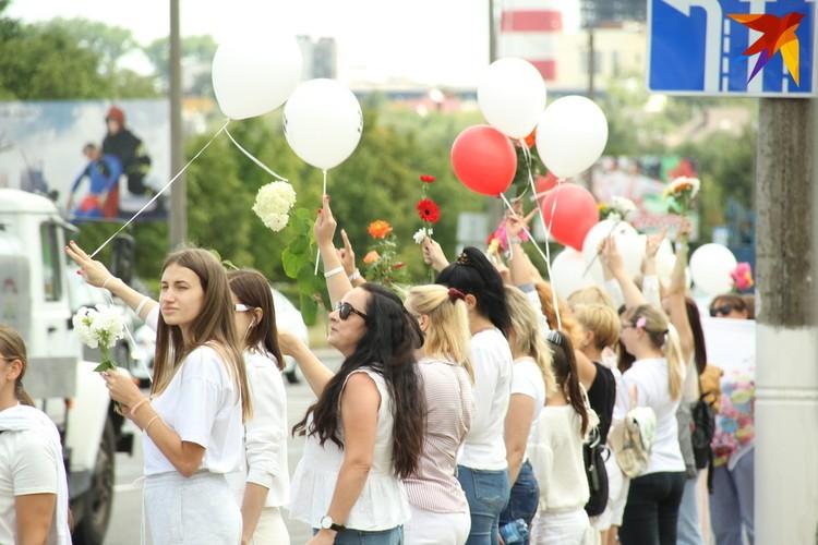 В конце акции женщины отпустили шары, а цветы возложили к городским памятникам. Фото: Paulius Vazgauskas.