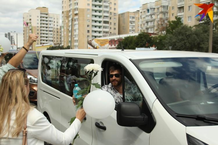 Проезжающие мужчины были солидарны с протестующими женщинами: давали воду, угощали вафельками, зефиром и даже пиццей. Фото: Paulius Vazgauskas.