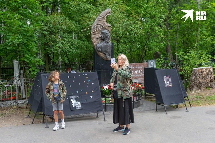 Илона снимает видео для брата, который сейчас в Финляндии. Они оба с детства любят творчество Виктора Цоя
