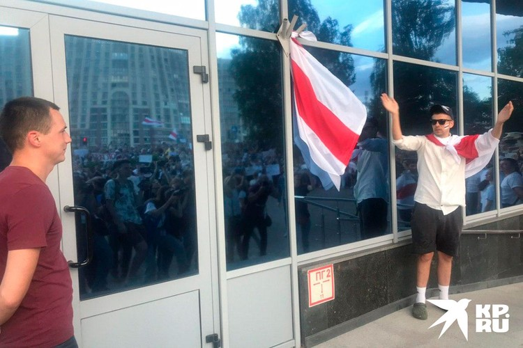 На здании телерадиокомпании появился национальный белорусский флаг