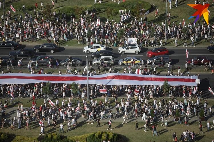 От самого Востока протестующие несли 100-метровый бело-красно-белый флаг