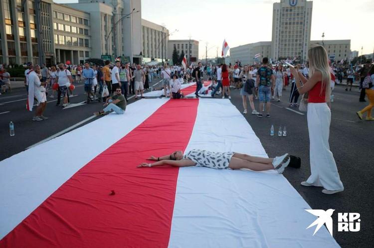 Огромный флаг на улице Минска