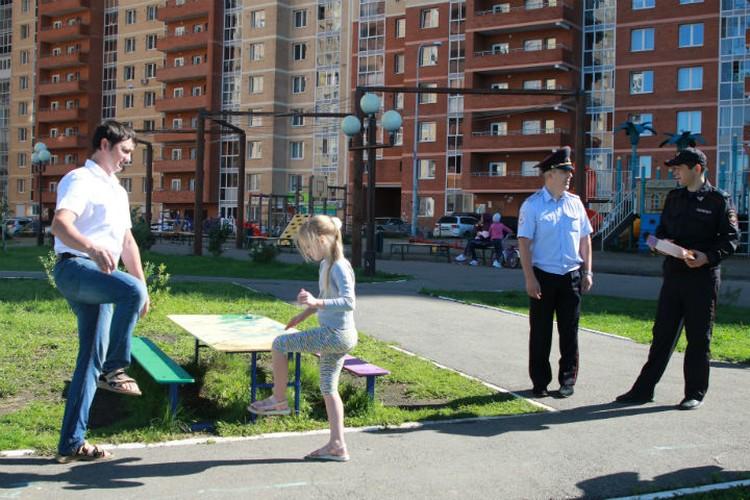 Саша вместе с отцом каждый день ходит во двор заниматься физкультурой. Нога у ребенка уже заживает