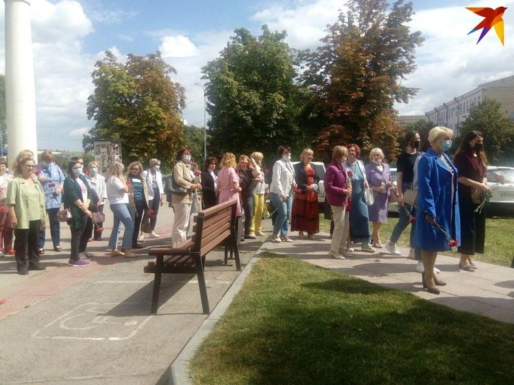 Десятки людей собрались, чтобы возложить цветы к памятнику