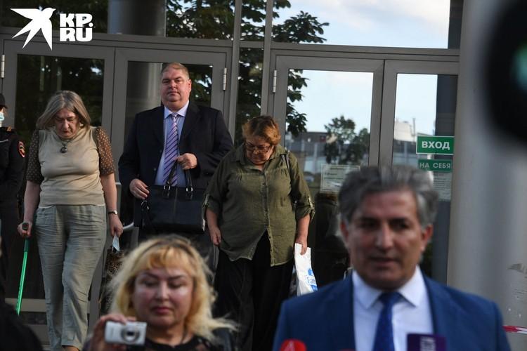 Оба участника процесса были на взводе, и это вылилось в скандал перед камерами прямо у здания суда.