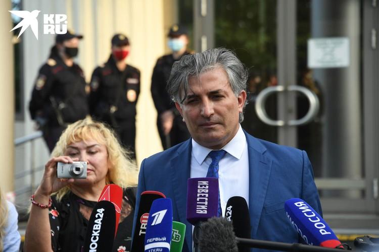 По словам Эльмана Пашаева, он и дальше будет добиваться разрешения на прогулки для своего знаменитого подзащитного, в частности, подаст кассацию.