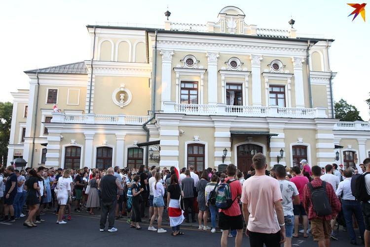 Актеры Купаловского театра и люди готовы защищать Павла Латушко.