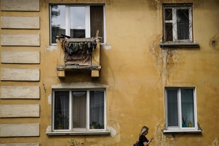 На некоторые балкончики могут напоминать итальянские, но если приглядеться, то сушат на них шерстяные носки, и сразу становится понятно — Россия