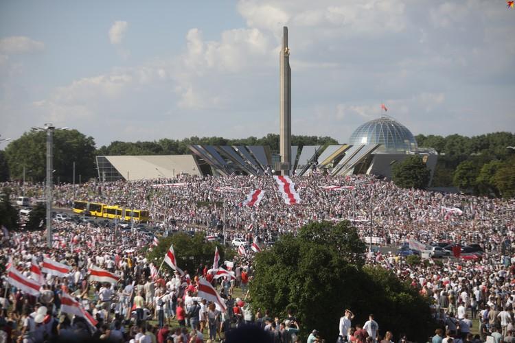 """У стеллы """"Минск-город-герой"""" собрались порядка 200 тысяч белорусов. И это по самым скромным подсчетам."""