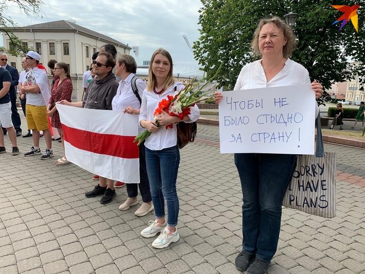 Собравшиеся хлопали в ладоши и скандировали: «Макей, не робей», «Забастовка» и «Жыве Беларусь!»