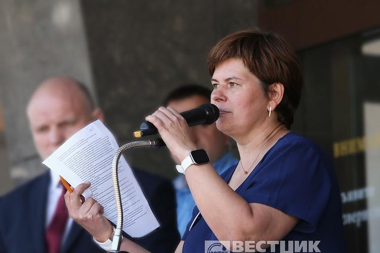 Требования коллектива зачитывает Ольга Бритикова. Фото: Вестник Нафтана.