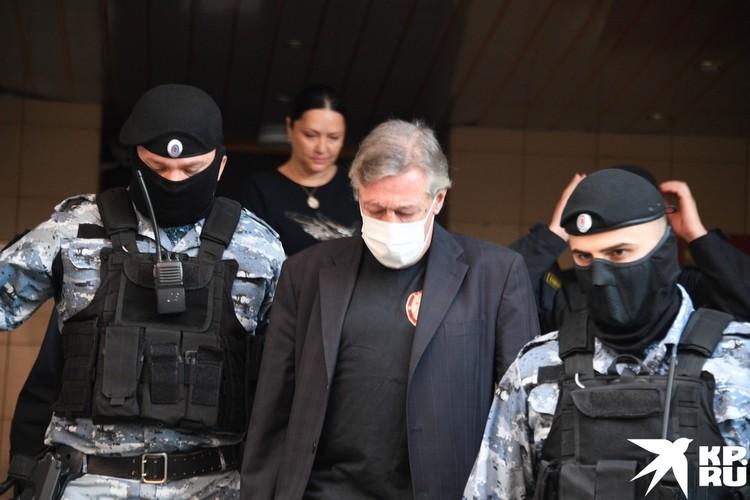 Михаил Ефремов у здания суда