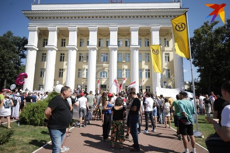 Еще пару дней назад возле телецентра на Коммунистической кипели страсти.