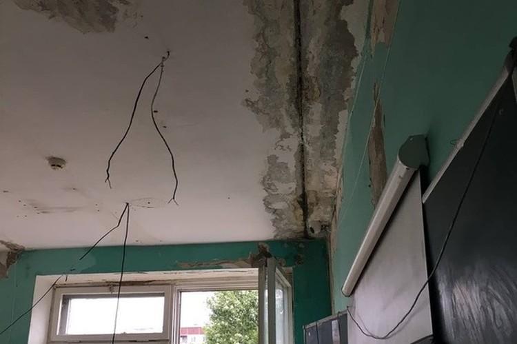"""Стены и потолки в классах оставляют желать лучшего Фото: общественная организация """"Гражданский патруль"""""""