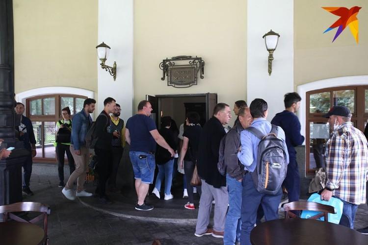 Труппа и сотрудники театра пришли 21 августа к служебному входу.