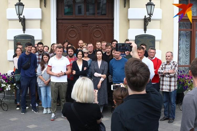 Артисты записали видеообращение после своего собрания.
