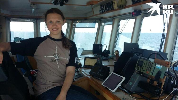 """Чтобы встретиться с исследователями, нужно было перебраться на другое судно - """"Акванавт"""". Корреспондент """"КП"""" с задачей справилась"""