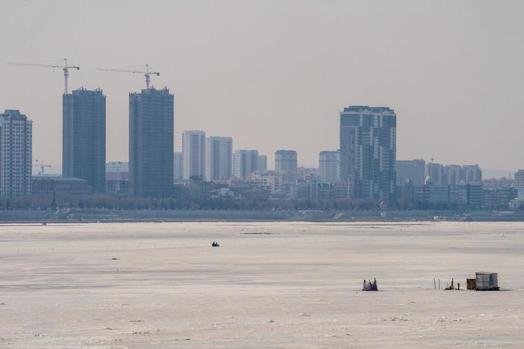 На другой стороне Амура виднеется город другого государства.