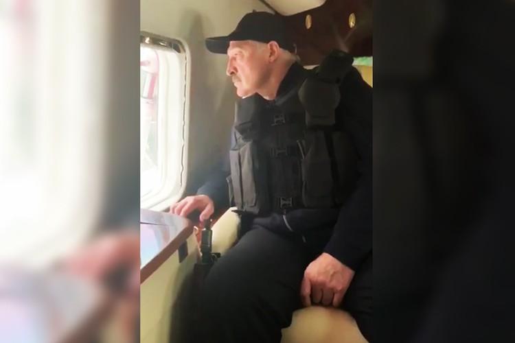 """Лукашенко летит в президентском вертолете с автоматом. Фото: Telegram-канал """"Пул Первого""""."""
