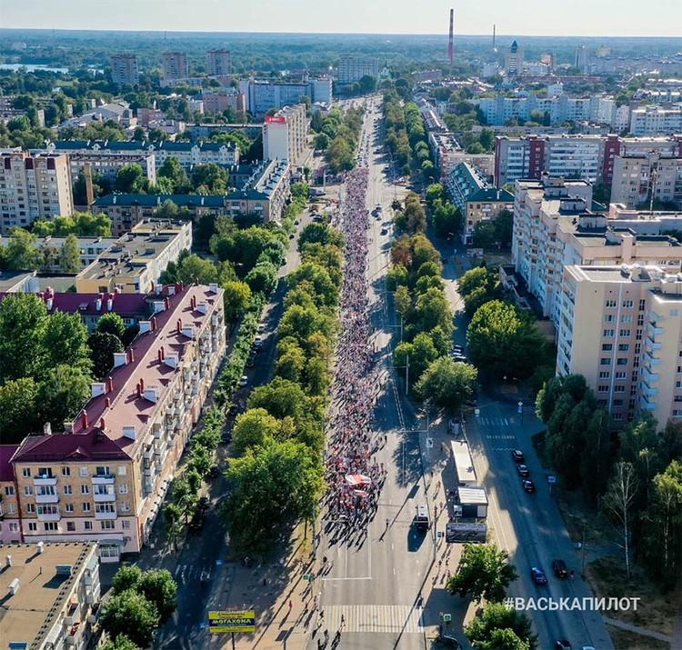 Юра Стыльский спонтанно оказался во главе этого шествия по Бресту. Фото: #васькапилот
