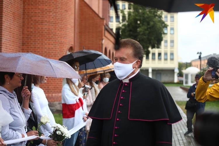К женщинам вышел священнослужитель, он поговорил с каждой из них.