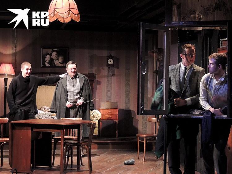 """Пьеса Александра Вампилова """"Старший сын"""" вновь поставлена на театральной сцене."""