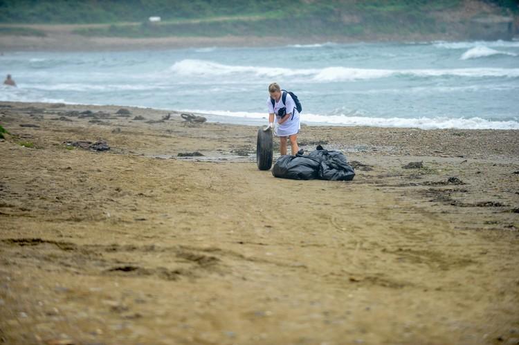 Волонтеры собирали по пляжу не только мусор, но и покрышки