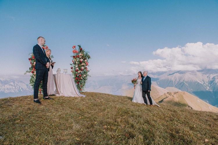 На свадьбе над облаками были даже мини-концерт и фейерверк