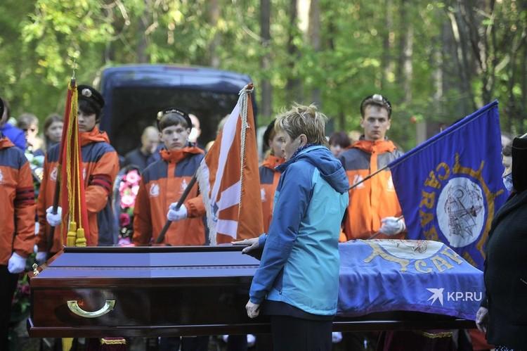 Воспитанники отряда «Каравелла» склонили знамена и флаги над гробом писателя.