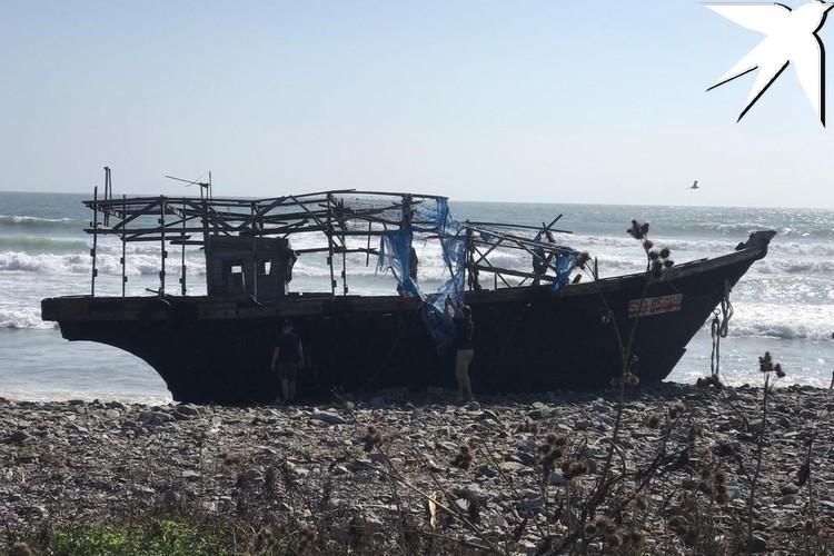 Лодку прибило волнами к берегу в бухте Соболь
