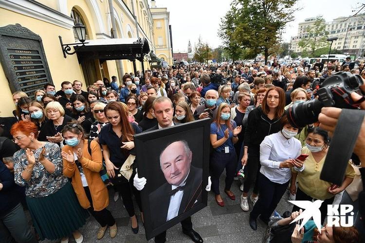 Поклонники Бориса Владимировича приехали к Малому за несколько часов до траурной церемонии.