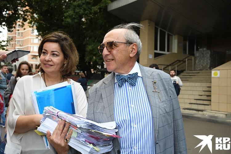 Адвокат семьи погибшего Сергея Захарова Александр Добровинский у здания Пресненского суда
