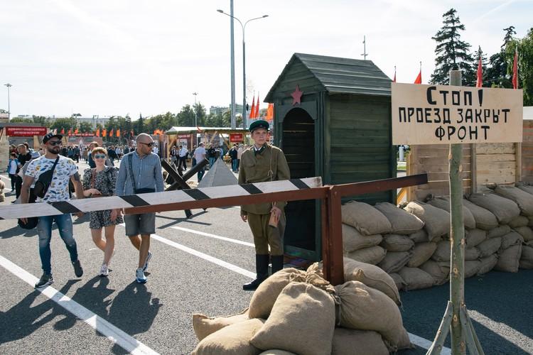 На КПП гостям рассказывают о правилах жизни в военное время. И это не просто