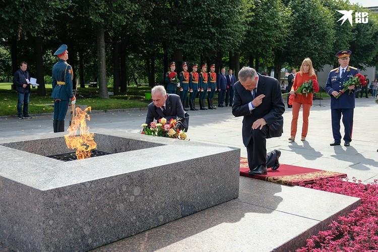 Александр Дрозденко поклонился погибшим с те страшные годы.