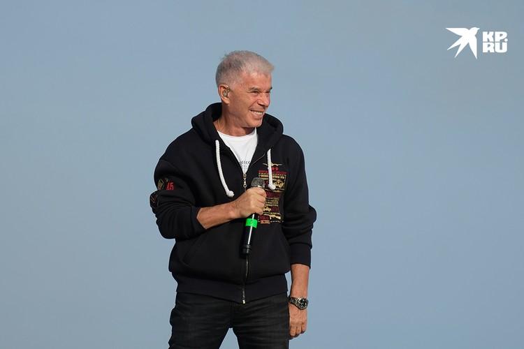 На финише «Эстафеты Вечного огня» участников ждал сюрприз: выступление народного артиста России Олега Газманова.