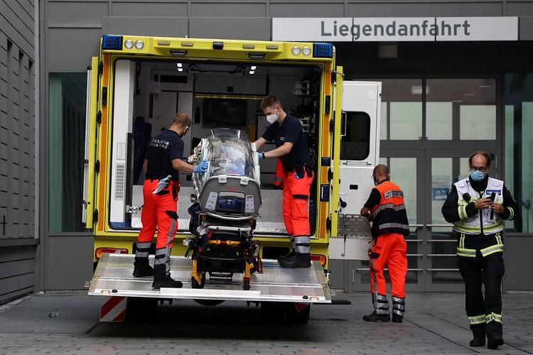 """44-летний оппозиционер уже три недели находится в берлинской клинике «Шарите», куда его доставили после загадочного """"отравления""""."""