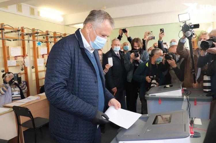 Нынешний губернатор Ленобласти отправился голосовать на участок в деревне Лупполово