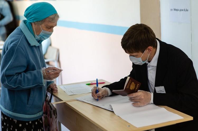 На участок приходили и пожилые люди, несмотря на рекомендацию не посещать общественные места из-за ковида.