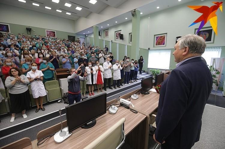 Врачи вышли поддержать своего уже бывшего руководителя - академика Александра Мрочека.