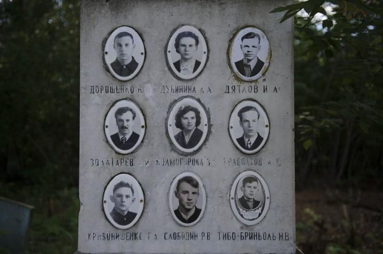 Группу Игоря Дятлова похоронили на Михайловском кладбище неподалеку от института, в котором они учились.